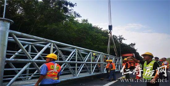 蓉遵高速首个ETC门架,在成仁段高速成功吊装!
